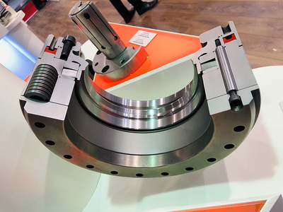 The new clamping clutch for the highly-precise fixing of the driven positioning axes of rotary/tilt tables in multi-axis machining centres